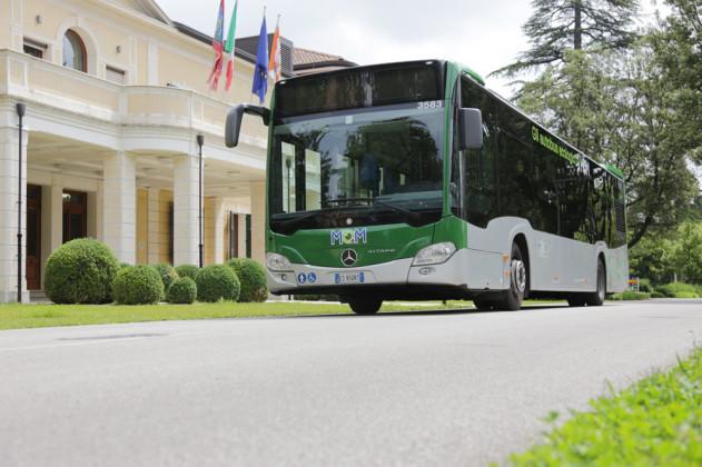 Bus MOM fronte sede Provincia di Treviso
